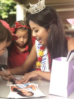 Miss Hawaiʻi shares aloha with students